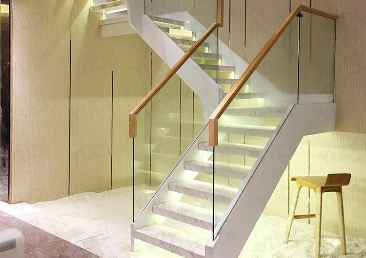 御迪大理石踏板玻璃护栏实木扶手直梁楼梯案例